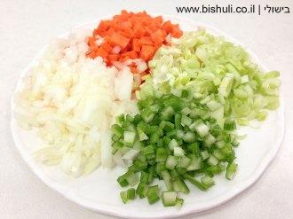 מרק ירקות - הכנת הירקות הקצוצים לטיגון