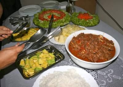 Foto de Chivo guisado, arroz, yuca y ensalada.
