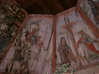 Svod je oslikan scenama Rastanka Apostola. Na zidovima kapele naslikani su likovi Evanđelista – Sv. Matej i Sv. Ivan na sjevernom, te Sv. Marko i Sv. Luka na južnom zidu. Važno je napomenuti da ovo slikarstvo spada u vrlo rijetko sačuvano pravo pučko slikarstvo, koje se razlikuje od onoga iz drvene crkve Sv. Barbare u Velikoj Mlaki. Ova je kapela, ujedno bila i uzorak za niz drvenih kapela u Turopolju i Pokuplju u postbaroknom razdoblju.