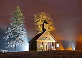 Sadašnja je kapela, na mjestu stare iz druge polovine 17. st., sagrađena 1867. g., a posvećena 1888. g. Raskošno je obložena daščicama. Planjke (debele daske) su spajane na način tzv. njemačkog ugla, a prozori se zatvaraju na starinski način drvenim pločama izvana. Glavni oltar je posvećen svecu zaštitniku Sv. Roku, a pokrajnji desni oltar posvećen je Sv. Vidu, izradio ga je u drvetu Josip Markuz samouki kipar iz Roženice, nastavljač tradicije turopoljskih majstora drvorezbara.