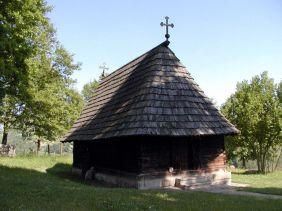 Prema jednom popisu Beogradske mitropolije, u Takovu je još u prvoj polovici 18. stoljeća posvećena crkva brvnara na čijem mjestu je 1795. godine podignuta nova, posvećena sv. Đorđu (Jurju). Takovska brvnara je jednostavna, ali precizno izgrađena crkva sa pripratom i polukružnom apsidom. Današnji strmi krovni pokrov svojim oblikom ne odgovara originalnom klisu. Vrata na zapadnom i južnom zidu ukrašena su biljnim i geometrijskim ornamentima.