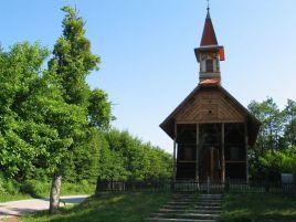Sadašnja je kapela, na mjestu prve kapele iz druge polovine 17. st., sagrađena 1888. g., a posvećena je 1889. g. Svojim izgledom i specifičnim načinom gradnje «na žale» razlikuje se od domaćeg tradicionalnog načina gradnje. Unutrašnje stijene obložene su daskama višebojno oslikanim ornamentikom geometrijskih i stiliziranih vegetabilnih motiva koji podsjećaju na motive s narodne nošnje. Nacrt kapele izradio je dr. Hermann Bollé, a gradila ju je družina različitih majstora iz Štajerske, Mađarske, Njemačke i Hrvatske.