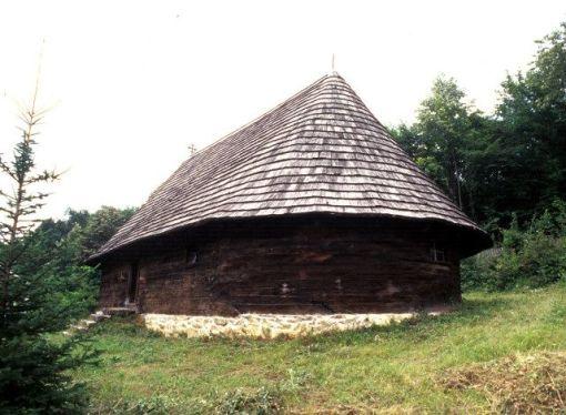 Blizu izvora rijeke Tamnave, u selu Miličinici, nalazi se hram Sv. Đorđa (Jurja), graditeljsko ostvarenje neimara Ignjata Petrovića. Zahvaljujući nizu natpisa na samoj crkvi i na bogoslužbenim predmetima poznati su nam podatci o nastanku ove crkve. Izgradnja je započeta 1791. godine, a dovršena sljedeće godine. Godine 1794. okončani su svi radovi vezani za unutrašnje uređenje. Hram čini polukružna oltarska apsida, naos, priprata sa danas djelomično srušenom galerijom i otvoreni, također polukružni trijem. Krov je pokriven kratkom šindrom. Preciznost u izradi i bogata drvorezbarena dekoracija glavne su odlike ove brvnare. Ornamenti su koncentrisani na vratima, dovratnicima i nadvratnicima, pregradama koje centralni prostor hrama odvajaju od oltara, odnosno priprate. Pozornost privlače kasetirana vrata sa rozetama i adosirani zmajevi, prvobitno dio ikonostasa.