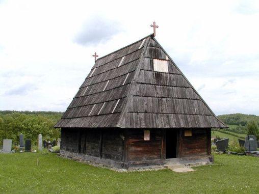 Na mjestu starije crkve brvnare Sv. Nikole, posvećene 1724. godine, podignuta je 1827. godine nova, posvećena Uzašašću Gospodinovu. Nepoznato je zašto je tom prilikom promenjen naslov hrama, ali se zna da je starija crkva bila dosta veća od sadašnje. Pravokutne je osnove sa četvorostranom apsidom i dominantnim strmim krovom pokrivenim upadljivo krupnom šindrom. Unutrašnji prostor je podijeljen na oltar, naos i pripratu, čiji gornji dio zauzima kor. Ističu se vrata sa rezbarenom dekoracijom, stiliziranih biljnih i geometrijskih ornamenata u kombinaciji sa križićima i rozetama u kazetiranim poljima. Očuvale su se ikone Krista i Bogorodice s djetetom, kao i carske dveri, pripisane Sretenu Protiću.