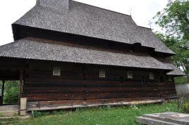 Ona je najstarija drvena crkva u Maramureşu (1604.), te otkriva dva razdoblja u razvoju ovih građevina. Prvo se može prepoznati na donjem dijelu zidova sa svetištem kvadratičnog tlocrta, što je odlika starijih drvenih crkava. Drugo je u 18. stoljeću kada su zidovi povišeni, glavni brod prekriven bačvastim svodom, a unutrašnjost oslikana dekoracijama. Trijem (portico) je dodan u prvoj polovici 19. stoljeća.