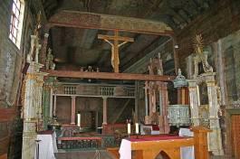Najstarija drvena gotička crkva u Europi ima izvorne višebojne ukrase iz 15. stoljeća. Početkom 17. stoljeća je zatvorena obrambenom zidom zemljanih bastiona.