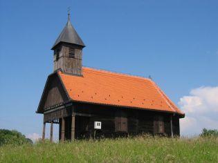 Najsličnija je kapeli u Lukinić Brdu, iako je znatno manja. Podigli su je 1932. g. majstori tesari Orečići iz Lijevih Štefanka. Ornamentika je ista kao i ona na drvenim, obiteljskim kućama u Pokupskom koje su također gradili. U kapeli je skroman oltar iz 17. st. koji ukazuje na starije porijeklo kapele.