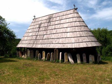 U Sečoj Reci, desetak kilometara zapadno od Kosjerića, na mjestu starijeg hrama spaljenog 1805/6. godine, podignuta je krajem prvog ili početkom drugog desetljeća 19. stoljeća crkva brvnara posvećena sv. Đorđu (Jurju). Hram čine poligonalni oltarski prostor, naos, priprata sa korom i trijem. Vrata na zapadnom i sjevernom zidu nose bogatu bojanu rezbarenu dekoraciju u vidu precizno izvedenih rozeta na kazetiranoj površini.