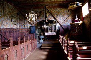 Crkva Røldal sagrađena je u 13. stoljeću iz kojega potječe i krstionica i oltarni križ.