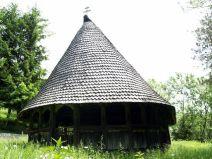 Prema predaji, crkva Uzašašća Gospodinova u Dubu nastala je 1792. godine, dok je u ljetopisu zabilježeno da je obnovljena 1828. Godine. Čini se da je hram podignut na temeljima starije bogomolje. Brvnara u Dubu spada među naše najveće i najljepše crkve ove vrste. Građena je od masivnih talpi, sa petokutnom oltarskom apsidom i naknadno dograđenim dubokim trijemom. Trijem je u donjem dijelu zatvoren, dok su lučni otvori gornjeg dijela završeni profiliranim daskama. Visoki dominantni krov pokriven je sitnim klisom. Graditeljskom vještinom i obradom detalja, od kojih se ističe rezbarija vrata, dovratnika i nadvratnika kao i dijelova mobilijara, hram u Dubu predstavlja najreprezentativniji primjer crkve brvnare osaćanskog tipa. U dupskoj riznici, koja broji čak 17 ikona, posebnu pažnju zaslužuju carske dveri, nastale krajem 17. stoljeća, vjerojatno prenešene iz neke starije crkve. Izvedene su u najboljim tradicijama srpskog srednjovekovnog duboreza, ali su danas, na žalost, dosta oštećene kako duborezni tako i slikani dijelovi.