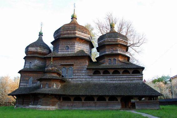 Jedna od najstarijih i najbolje sačuvanih galicijskih crkava izgrađena je oko 1500. god. u Drogobiču. Sastoji se od tri dijela: središnjeg kvadratičnog tlocrta koji čini središnji brod, te dva koji čine dvostruku apsidu i narteks. Crkva je obnovljena od 1678. do 1711., unutrašnjost je oslikana freskama, osmerokutni kupolasti tornjevi povišeni i izgrađen je novi samostojeći zvonik.