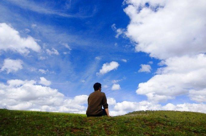 Sjediti na vrhu brda