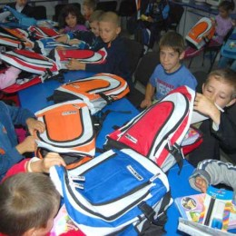 """Prichindeii din clasele zero și I vor primi """"primul ghiozdan"""" la toamnă. Primăria Brașov a alocat 350.000 de lei pentru a le cumpăra elevilor pachetele cu rechizite"""