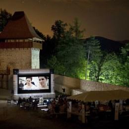 """""""Reconstituirea"""", proiecție specială în Cetatea Râșnov. Festivalul de Film și Istorii aduce, la ediția care debutează pe 20 iulie, 45 de filme, dar și 15 concerte"""