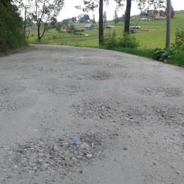 """Consiliul Judeţean a dat bani de """"cârpeli"""" în regim de urgenţă pentru trei drumuri. Pentru restul… așteaptă fonduri europene"""