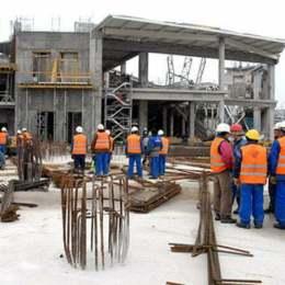 Echipe de muncitori privesc plafonul prabusit al unui etaj din mall-ul Oradea Plaza, joi, 12 februarie 2009. O persoana a murit si alte trei au fost ranite, dintre care doua grav, potrivit reprezentantilor Ambulantei. Viitorul mall se afla in constructie de aproape doi ani si avea ca termen initial de finalizare toamna anului 2008. SZILAGYI LORAND / MEDIAFAX FOTO