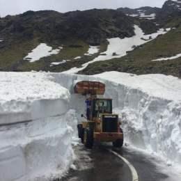 Transfăgărăşanul s-ar putea redeschide pe 1 iulie. Deocamdată zăpada care îl acoperă ajunge, pe alocuri, și la 7 metri