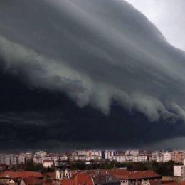 Furtuna apocaliptică de la Timișoara surprinsă de fotograful Mihai Moisii