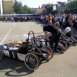 Cursă de mașini electrice în parcarea Coresi Shopping Resort. 10 elevi brașoveni se pregătesc pentru o competiție internațională care va avea loc în Anglia