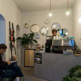 Top cinci cafenele din Braşov vizitate de un fotograf asiatic care trăieşte în Budapesta