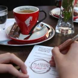 Bei cafea plătind în versuri în 13 cafenele din județul Brașov. Vezi care sunt acestea