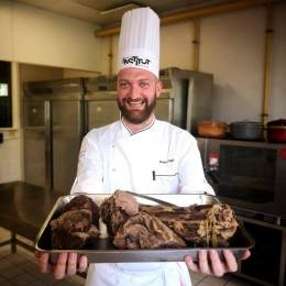 Fondatorul Croitoriei de Cafea s-a inițiat în gastronomie la celebrul Institut Paul Bocuse din Franța, pentru a-și deschide un restaurant la Brașov