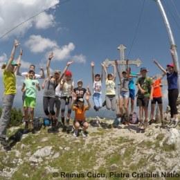 """""""Tineri pe înălțimi"""", în Piatra Craiului. Evenimentul se desfășoară simultan și în alte 49 de arii protejate din 9 țări"""