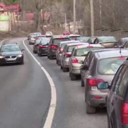 Circulația se va îngreuna și mai mult pe DN 1 spre după-amiază, avertizează polițiștii. Sunt recomandate rutele alternative Văii Prahovei