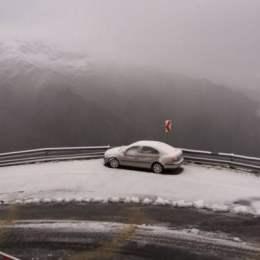 """Drumarii au început deszăpezirea pe Transfăgărăşan. """"Dacă aveți drum pe acolo, să vă asigurați că aveți anvelope de iarnă"""""""