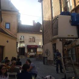 A început împodobirea Brașovului pentru sărbători. Din 1 decembrie, atmosfera de Crăciun se instalează pe străzi