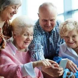 100 de bunici primesc 100 de cadouri la împlinirea a 100 de ani de la Marea Unire