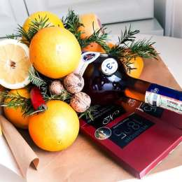 FOTO O brașoveancă realizează buchete din fructe, legume și dulciuri, în propria bucătărie, ajutată de soțul său