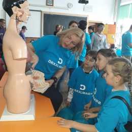 FOTO Angajații DRÄXLMAIER Group – voluntariat la Școala numărul 3 din Codlea