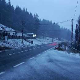 VIDEO Ninge la Predeal și în Harghita. Drumarii au aruncat noaptea trecută peste 60 de tone de sare
