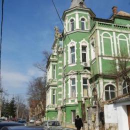 FOTO CJ Brașov a vrut să dea 6.000 de euro pe lună pentru închirierea clădirii de pe Eminescu pentru Spitalul de Psihiatrie. Noua proprietară vrea 10.500 de euro sau evacuează spitalul