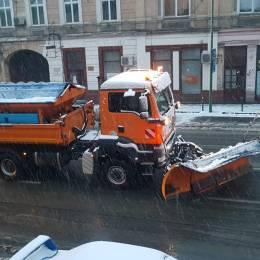 Brașovul rămâne sub cod galben de ninsori până mâine dimineață. Se va depune strat nou de zăpadă
