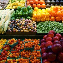 Opt din zece operatori economici au fost amendați pentru că vindeau legume și fructe stricate