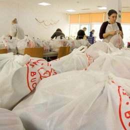 FOTO O fundație din Brașov oferă 450 de porții de mâncare caldă pe zi oamenilor în nevoie. Pe săptămână, aceasta cumpără peste o tonă de legume