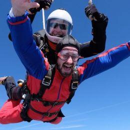 Americanii promovează Brașovul ca una dintre cele mai ieftine destinații pentru amatorii de parașutism