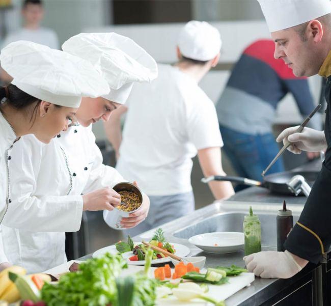 Institutul Culinar Disciples Escoffier din Franţa vrea să deschidă o școală de bucătari la Brașov. Cel mai accesibil curs costă 1.500 de euro