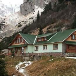 Două cabane din Bucegi se închid din cauza COVID-19. Salvamontiștii brașoveni au transportat un suspect cu acest virus