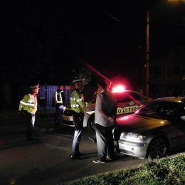Un șofer abțiguit, care s-a uitat prea mult la filme, a încercat să scape de polițiști mergând în marșarier și schimbând locul cu pasagerul din dreapta