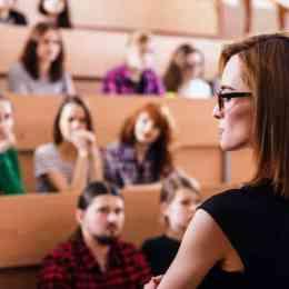 5.000 de euro pentru cadrele didactice care integrază tehnologii noi și metode inovative de predare în programa universitară