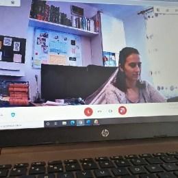 """Școala online în Gârcini: """"Cu o fetiță în fiecare zi încerc să mă conectez online. Ne vedem două minute, ne zâmbim, iar apoi eu o sun pe telefon să facem temele prin viu grai"""""""