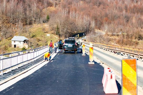 Circulația pe unul dintre cele mai spectaculoase drumuri din țară, care leagă Brașovul de Buzău, ar urma să devină mai sigură. În prezent, 10.000 de autovehicule trec zilnic pe un pod construit în 1931, care este destul de șubred
