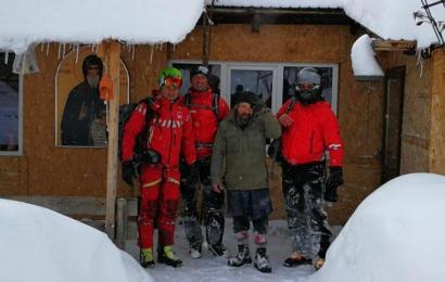 Călugări izolați în Godeanu din cauza zăpezii. Salvatorii montani le-au sărit în ajutor