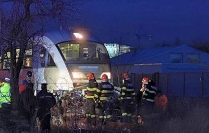Maşină lovită de tren! Șoferul, în stare gravă