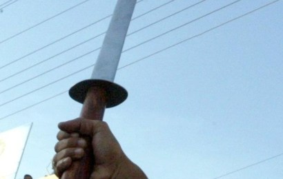 Bărbat împușcat de polițiști! I-a atacat cu sabia