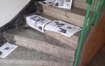 Candidat la primărie, denigrat în mii de ziare aruncate în scările de bloc din Motru