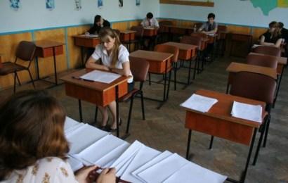 Zeci de mii de elevi riscă să rămână fără media încheiată